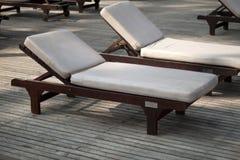 Sunbeds en bois Photos stock