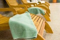 Sunbeds en la aptitud con la toalla tranquila Foto de archivo