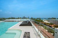 Sunbeds en la piscina del hotel de lujo Imagen de archivo