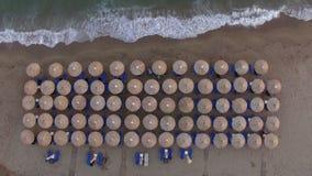 Sunbeds en la playa con pocas personas que se relajan allí, visión aérea almacen de video