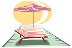Sunbeds en paraplu Stock Afbeelding