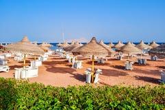 Sunbeds en paraplu's op Sharm el Sheikhstrand, Egypte royalty-vrije stock fotografie
