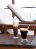 Sunbeds et café Image libre de droits