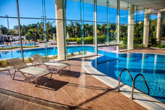 Sunbeds in het binnen zwembad Royalty-vrije Stock Foto's