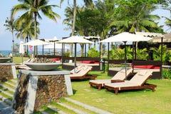 Sunbeds im tropischen Urlaubshotel Stockfotos