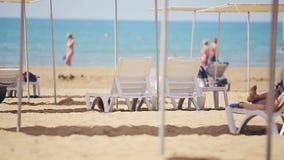 Sunbeds libres en la playa cerca del mar metrajes