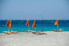 Sunbeds med paraplyer på stranden Arkivfoton