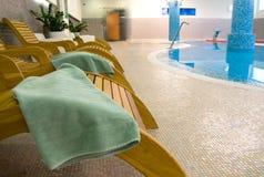 Sunbeds na aptidão com toalha de turquesa Fotografia de Stock