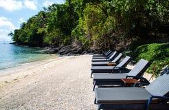 Sunbeds na opinião do mar Fotografia de Stock Royalty Free