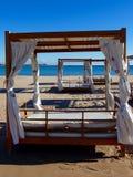 Sunbeds na praia Imagem de Stock Royalty Free