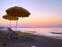 Sunbeds na praia Fotografia de Stock Royalty Free