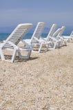 Sunbeds na praia abandonada Fotos de Stock