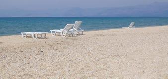 Sunbeds na praia abandonada Foto de Stock Royalty Free