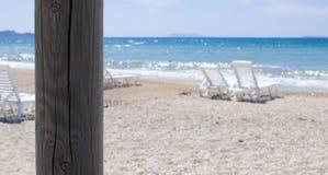 Sunbeds na praia abandonada Imagens de Stock