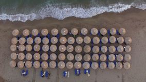 Sunbeds na praia com as poucas pessoas que relaxam lá, vista aérea video estoque