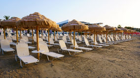 Sunbeds na praia Resort da ilha Foto de Stock Royalty Free