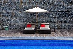 Sunbeds naast de pool Royalty-vrije Stock Foto's