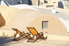 2 sunbeds, Oia, Santorini, Греция Стоковые Фотографии RF