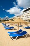 Sunbeds onder zonparaplu's op een strand stock foto