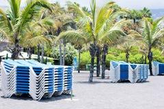 Sunbeds op het strand Royalty-vrije Stock Foto's