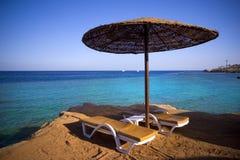 Sunbeds op het strand Stock Foto