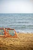 Sunbeds op het strand op zonsondergang Royalty-vrije Stock Foto