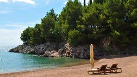 Sunbeds op het zand Royalty-vrije Stock Foto