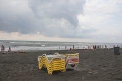 Sunbeds op strandoverzees, Oceaan mensen op strand, bewolking stock afbeeldingen