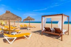 Sunbeds op zandig strand Stock Afbeeldingen