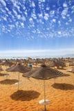 Sunbeds på sandig strand Arkivbilder