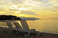 Sunbeds på strand Royaltyfri Bild