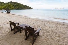 Sunbeds på stranden Royaltyfri Bild