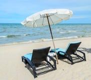 Sunbeds på stranden Arkivbilder