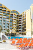 Sunbeds pela associação em um grande complexo do turista em Sunny Beach em Bulgária fotografia de stock royalty free