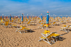 sunbeds plażowi parasole Obrazy Stock