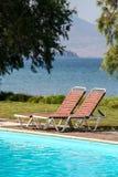 Sunbeds por la piscina Imagenes de archivo