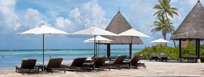 Sunbeds près de la piscine Photographie stock libre de droits
