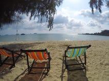 Sunbeds su una spiaggia Immagini Stock