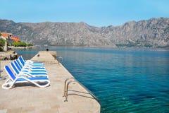 Sunbeds sul puntello del mare adriatico fotografie stock libere da diritti