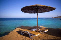 Sunbeds sulla spiaggia fotografia stock