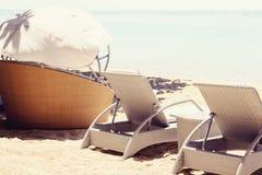 Sunbeds sulla spiaggia Fotografia Stock Libera da Diritti