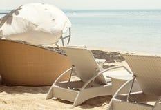 Sunbeds sulla spiaggia Immagini Stock Libere da Diritti