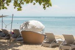 Sunbeds sulla spiaggia Fotografie Stock Libere da Diritti