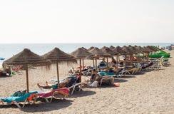 Sunbeds sulla spiaggia Immagine Stock