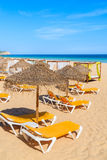Sunbeds sulla spiaggia sabbiosa Fotografia Stock Libera da Diritti