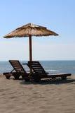 Sunbeds sur la mer Images libres de droits