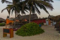 Sunbeds und Hotel Stockfoto