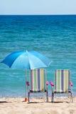 Sunbeds und Regenschirme Stockbild