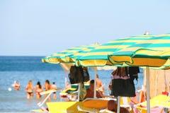 Sunbeds und Regenschirme auf dem Strand in Jachthafen Bellaria Igea, Rimini, Italien lizenzfreies stockfoto