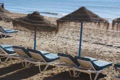 Sunbeds und Sonnenschirme Lizenzfreies Stockfoto
